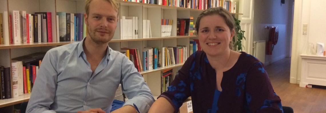 Mandy van Dijk tekent een boekcontract voor Elba van de Zuiderzee bij Atlas Contact. Links redacteur non-fictie Simon Dikker Hupkes van Atlas Contact. Foto: Thijs Joores